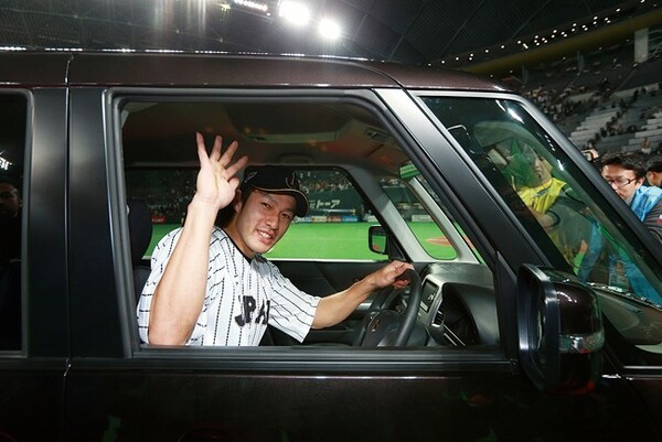 日米野球のMVPに選ばれた柳田。賞品の自動車に乗り込み笑顔を振りまいた