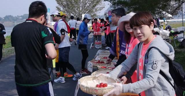 マラソンコースの休憩所には、東北名産グルメがずらり(写真は2014年大会)