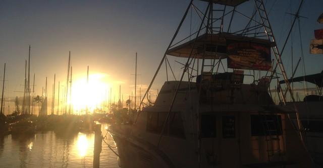 ヨットハーバーから見る夕日も息を呑む美しさ