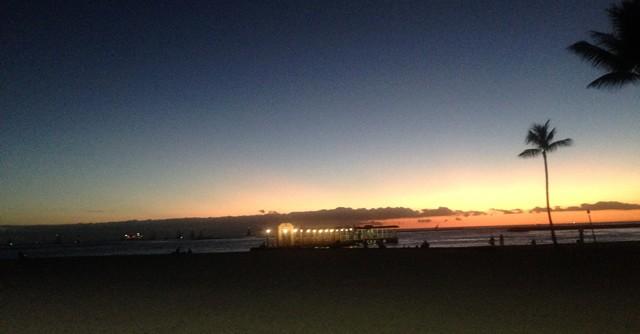 夕闇のビーチもなかなか乙なものである