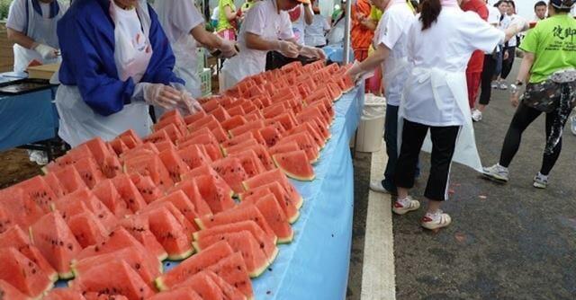 赤い果実がずらりと並ぶ給スイカ所