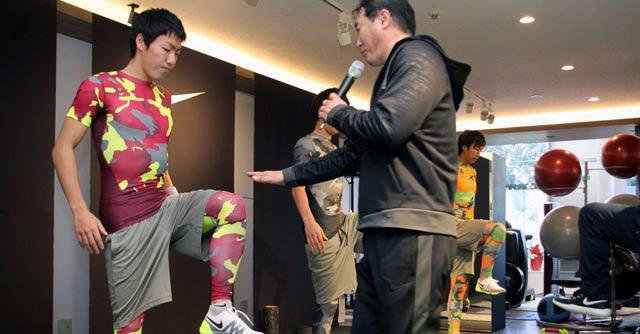 昌子選手は体幹トレーニングに興味津々。「プライベートでも教えてほしい」とアピールした