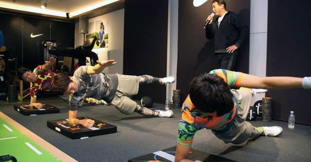 体幹トレーニングの定番といえばこれ! 肘と腹筋で体を支え、バランスをとる