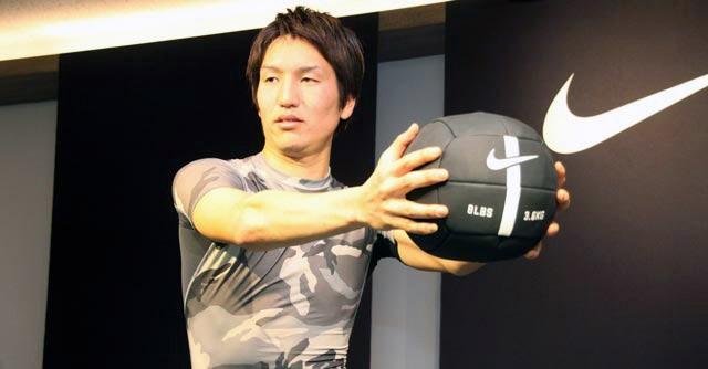 原口選手はメディシンボールを使って上半身を強化