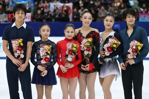 世界選手権代表に選出された(左から)ペアの高橋/木原組、女子の宮原、本郷、村上、男子の小塚