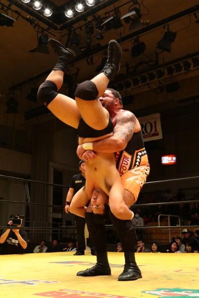 曙はNWA UNヘビー級王者の鈴木に完勝