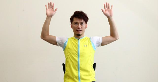【写真1】胸を張って両腕を上げましょう