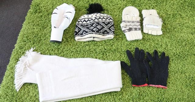 この寒い時期は普通の手袋、マフラー、ニット帽などがあれば便利