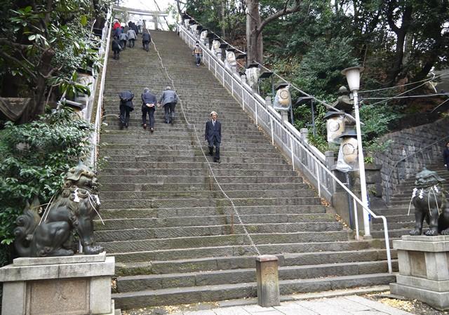 出世の石段は86段もあり、傾斜角度はなんと40度!