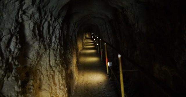 階段の先にあるトンネルは暗いので要注意