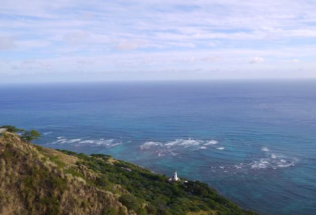 建物から出るといきなり眼前に広がるこの絶景! どこまで行っても海と空