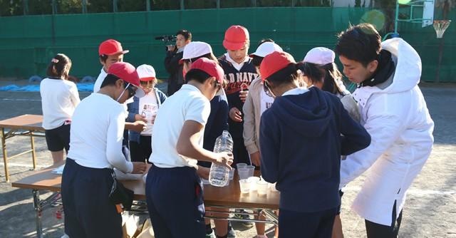 観に東京マラソンではスタート、ゴールのお手伝い、給水の係など、「する(走る)」以外のスポーツを体験する