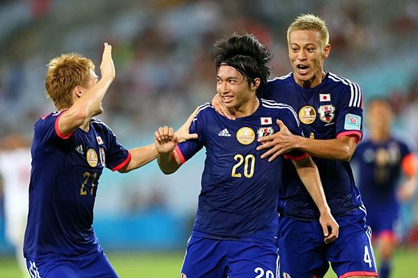 UAE戦で同点ゴールを決めた柴崎(中央)。大器の片りんをのぞかせたものの、チームを勝利に導くことはできなかった