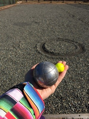 鉄球を投げてビュットに近づけるペタンク
