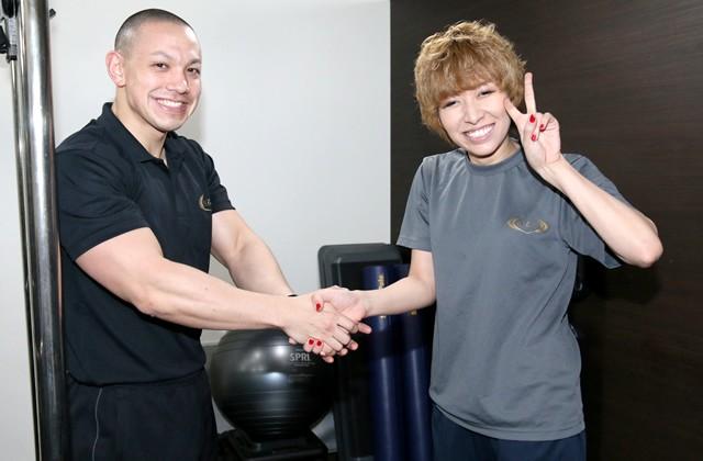 2カ月間の苦楽をともにした三井トレーナーとガッチリ握手