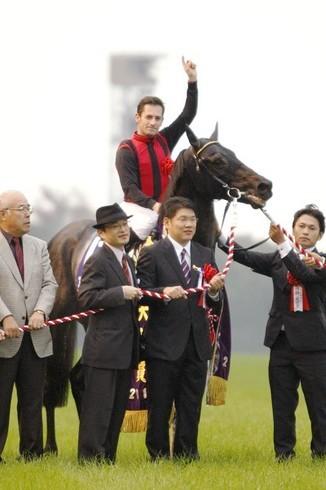 """念願かない""""JRA騎手""""となったミルコ・デムーロ、彼とクリストフ・ルメールの通年参戦は日本競馬界にどのような影響をもたらすのか(写真は2012年の天皇賞・秋)"""