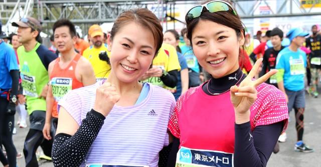 女性芸能人ランナー最高記録を持つ西谷綾子さん(右)も笑顔でゴール。フリーアナウンサーの魚住咲恵さんと健闘をたたえあった