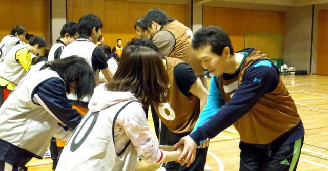 まずは相手チームと握手で健闘を誓い合う