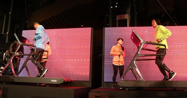 小倉隆史さん(左)、石川直弘選手がランニングマシンでデモンストレーション
