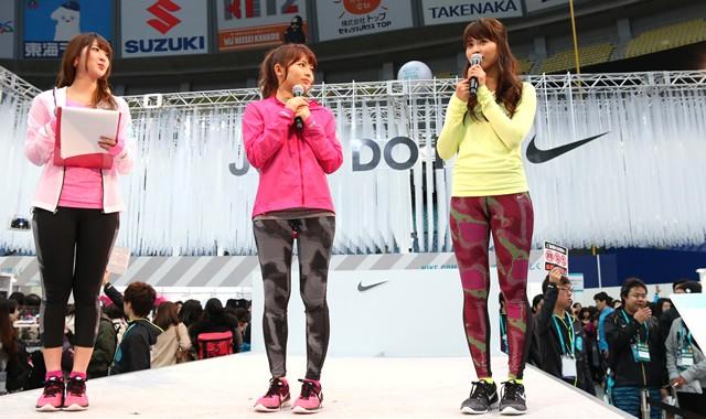 鈴木あやさん(中)、三原勇希さん(右)はタイツスタイルをアピール