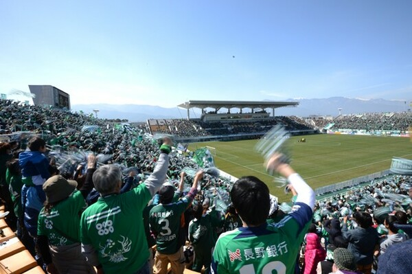 01年5月のこけら落としでは広島対福岡のプレシーズンマッチが開催されたアルウィン。今では松本山雅のホームスタジアムとして親しまれている