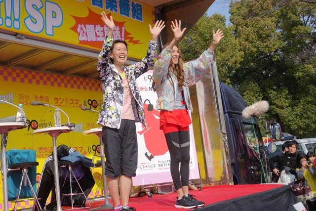 ラジオの公開生放送でランナーを応援する有森裕子さん(左)と道端カレンさん