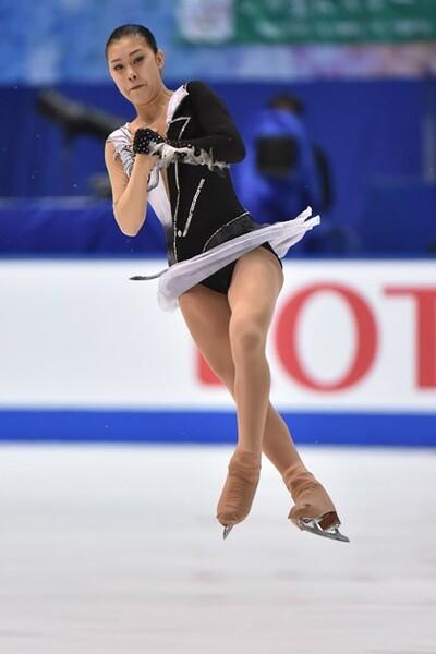 NHK杯では村上佳菜子が、ジャンプの規定違反で高得点となるはずの3連続ジャンプが0点に