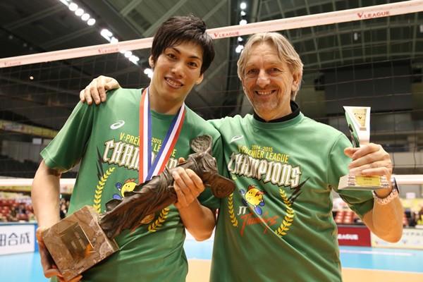 ヴコビッチ監督(右)と越川(左)の存在がチームの変革を促した