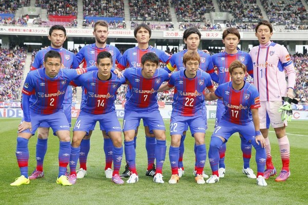 個が強いFC東京の選手たちを「結び合わせたい」と話す羽生(前列右から2人目)は、フットボールの本質を理解した貴重な選手だ
