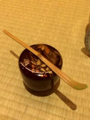 抹茶の粉が入った棗(なつめ)