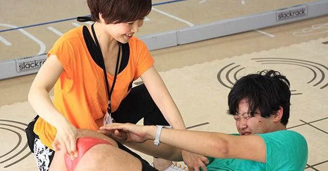 """""""ドS""""な美人トレーナーの特訓を受ける石田社長。つ、つらそう!"""