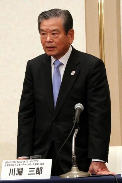 記者会見冒頭で、立ちながら所信表明を行った川淵新会長
