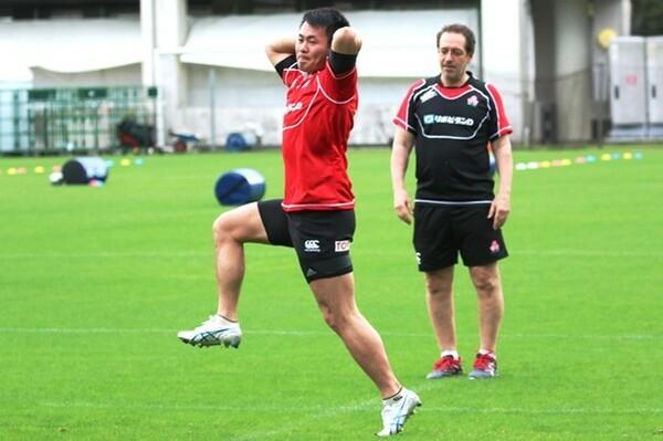 フラン・ボッシュコーチ(右)は、福岡の潜在能力を高く評価している。