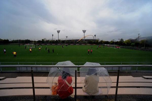 舞洲の練習グラウンド。この日は平日の午前で雨が降っていたにもかかわらず、熱心な女性ファンが見学に来ていた