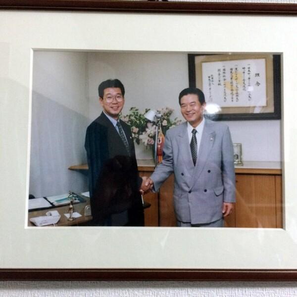 古くから川淵会長(右)と親交が深い大河(左)。写真は97年当時の出向先であるJリーグから銀行へ戻る際のもので、自宅に飾っているという