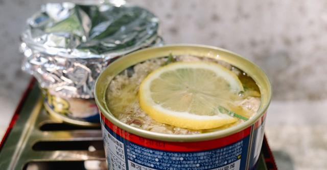 ふつふつしたらレモンの果肉を混ぜ、皮と種を取り除き、塩を少しふって、よく混ぜます。