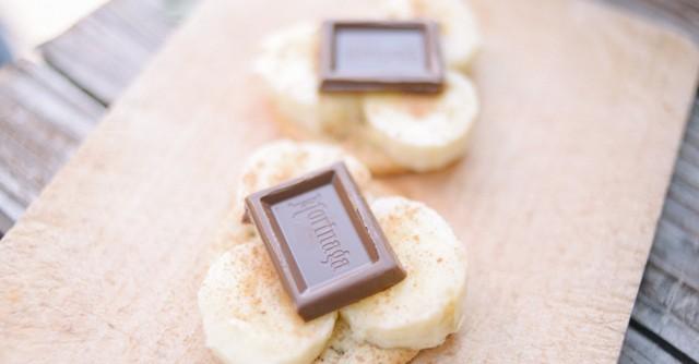 クラッカーの上にのせて、シナモンを少しふり、チョコレートをひとかけ。ミルクチョコでも、ビターチョコでも、お好みでどうぞ。