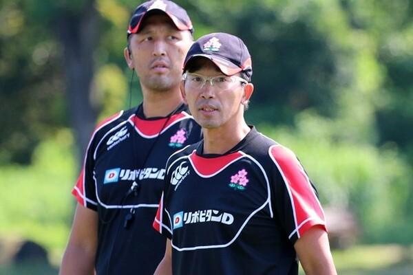 U20代表を率いて世界に挑む中竹竜二HC(後方は遠藤哲コーチ)