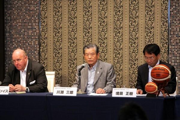 タスクフォースの第6回会合に臨む(左から)バイス・コーチェアマン、川淵チェアマン、境田メンバー