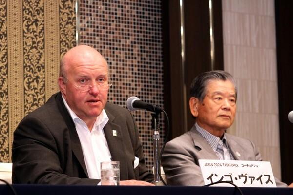 バイス・コーチェアマン(左)はFIBAセントラルボードの日程変更理由と、それに伴って日本への制裁解除を段階的に行うことを発表した