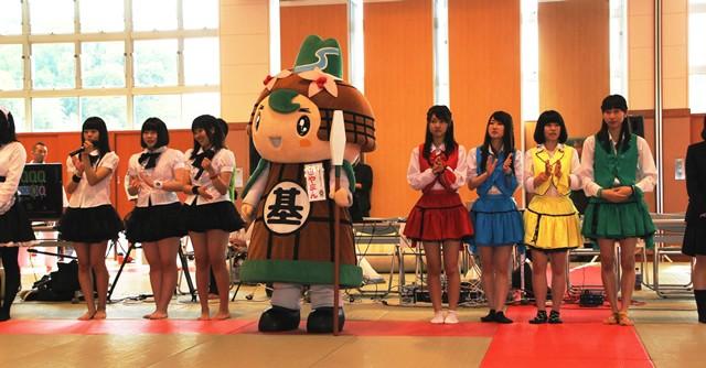 開会式にて。アイドル「Zero-dash」(左)とゆるキャラ「きやまん」、「Tick☆tik」(右)が勢ぞろい