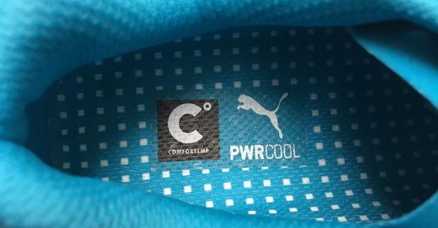 PWRCOOL(パワークール)テクノロジーのロゴはインソール(中敷)に入れられるが、実際に採用されているのはシュータンの裏側。シューズ内部の気温上昇が抑えられる
