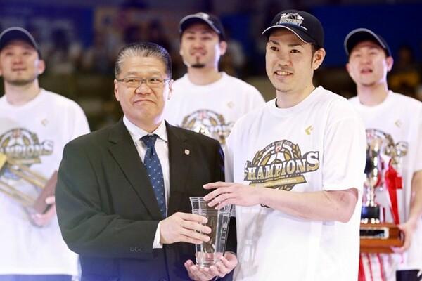 堀井副理事長(左)にNBLの2014−15シーズンを振り返ってもらった
