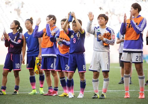 宮間(右から3番目)は悔しさをにじませながらも、決勝トーナメントへ向けてエクアドル戦の苦しみを前向きにとらえた