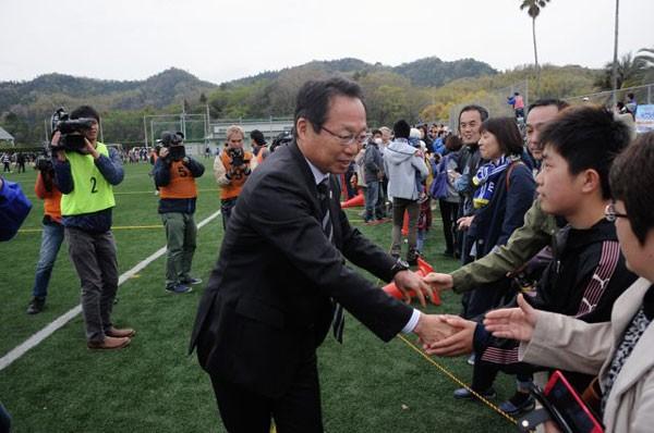 試合後、ファンと握手する岡田オーナー。市民の間にも少しずつ意識の変化が見られる
