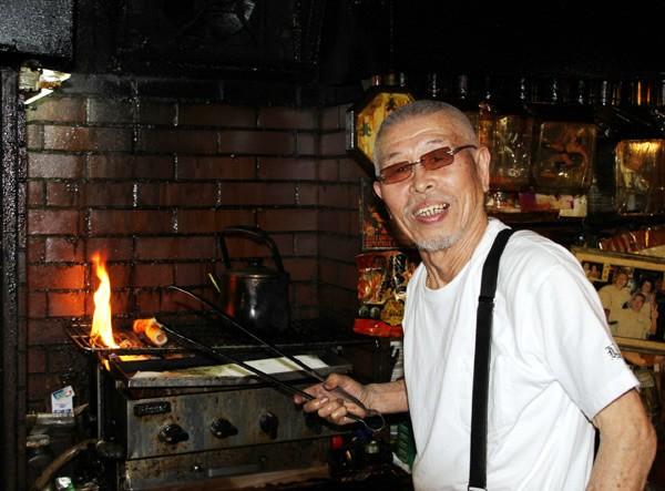 81歳の現在も村田さんは自身で経営する「ビアホールMAN」で厨房に立ち、腕を振るっている