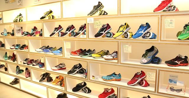 店内もご覧のとおり、原宿の街にふさわしいファッションとスポーツを融合したラインナップ