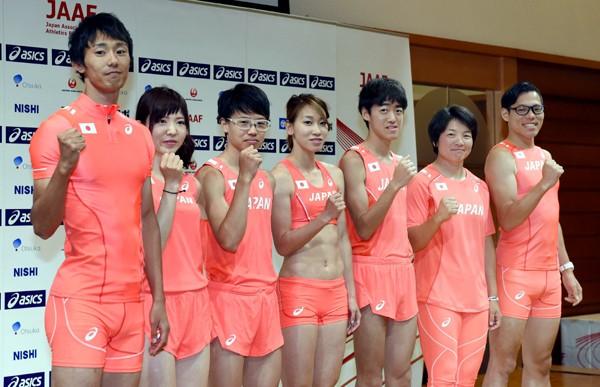 8月に開催される陸上の世界選手権日本代表が発表。高瀬(左)、福島(中央)らが代表ユニフォームを来て、会見に登場
