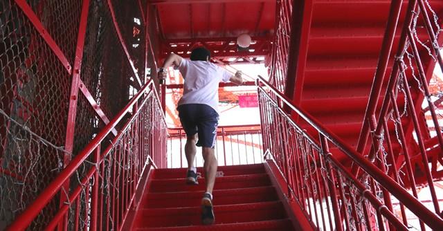 自称・階段ライター界の第一人者、序盤は軽快に駆け上がったのだが……