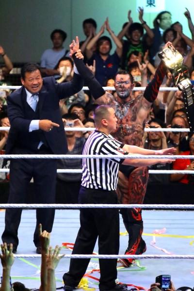 "WWE日本公演でNXT王座を奪取した元新日本""プリンス・デヴィット""ことフィン・ベイラー(右)。殿堂入り藤波も祝福"